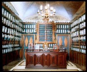 """""""Antiga farmàcia de Santa Caterina"""" de Josep Maria Oliveras Arxiu fotogràfic md'A Licensed under CC BY-SA 3.0 via Wikimedia Commons"""